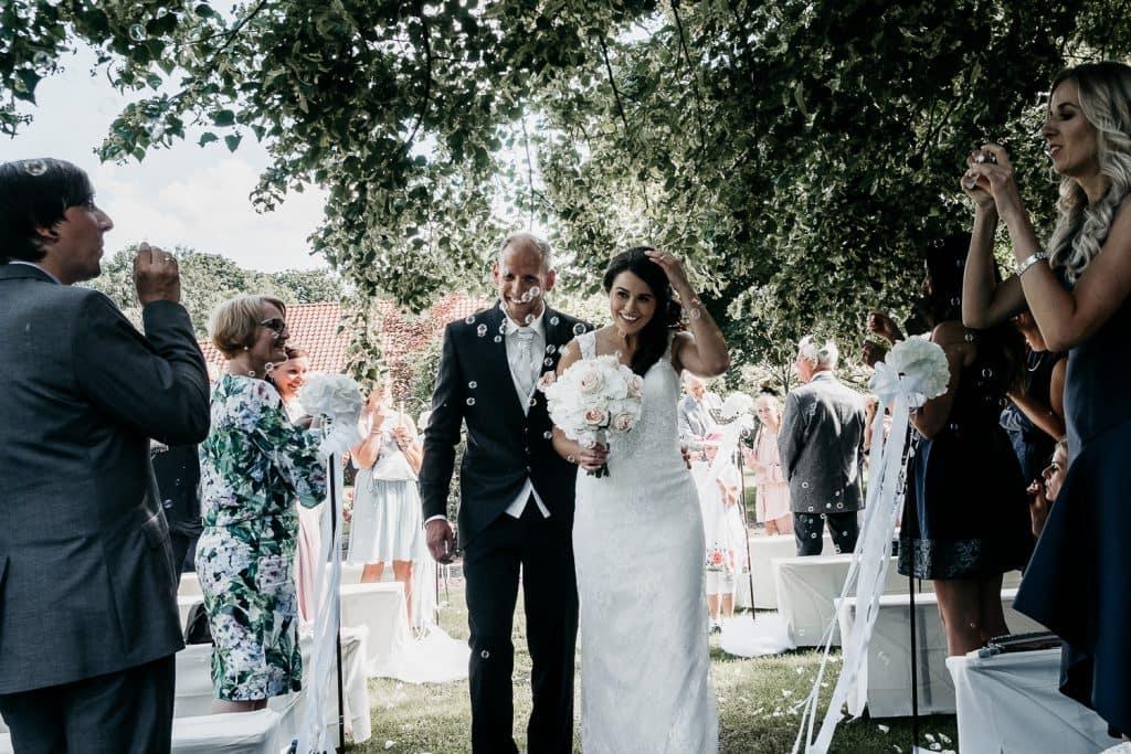 Auszug des Brautpaares nach der Zeremonie