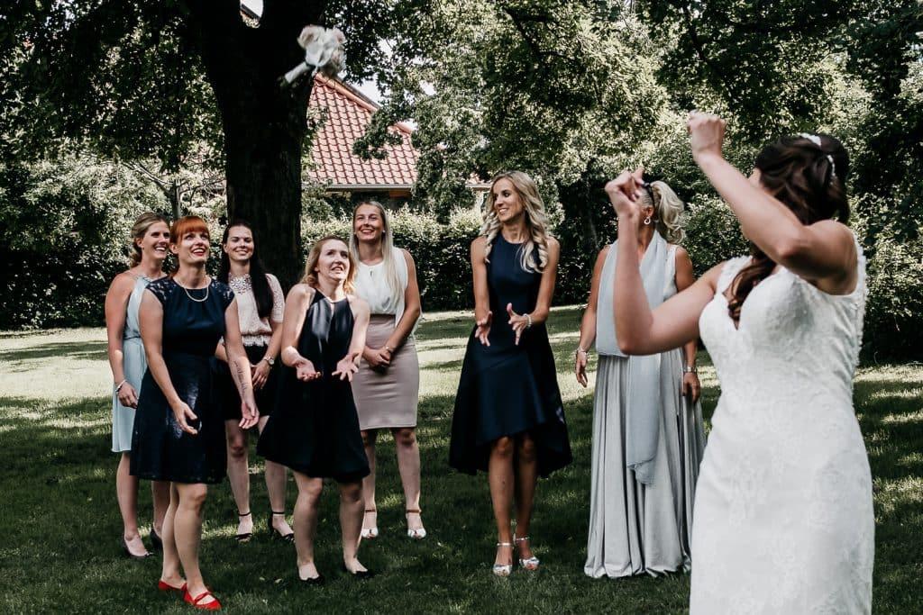 Der Brautstrauss wir geworfen