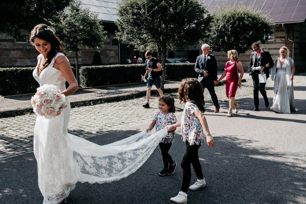Kinder tragen den Brautschleier