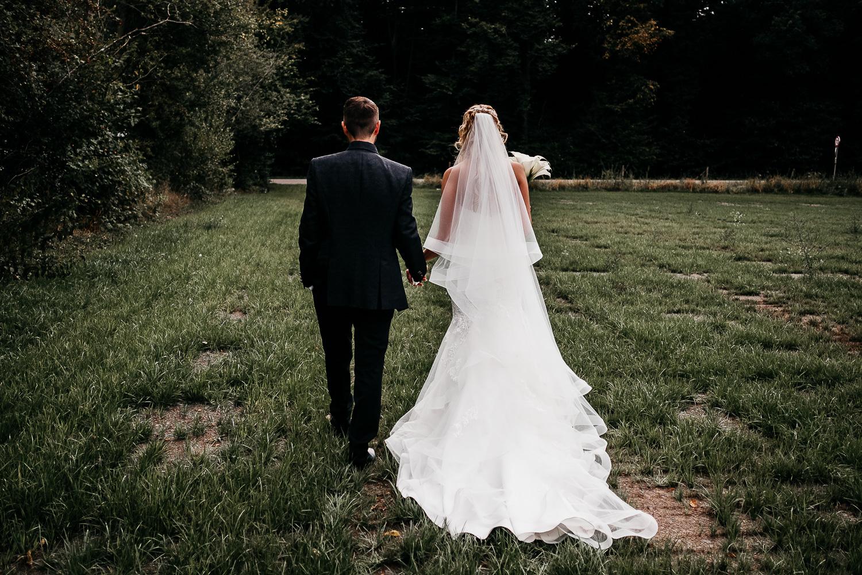 Brautpaar beim Spaziergang in Saarbrücken